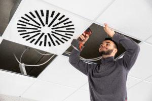 Azubis an Klimaanlage